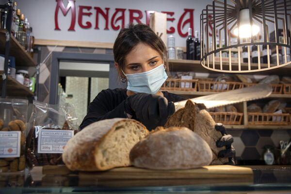 Una venditrice in un negozio a Torino - Sputnik Italia