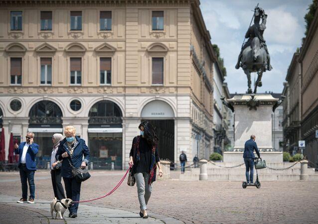 Cittadini in mascherine sulla piazza San Carlo a Torino