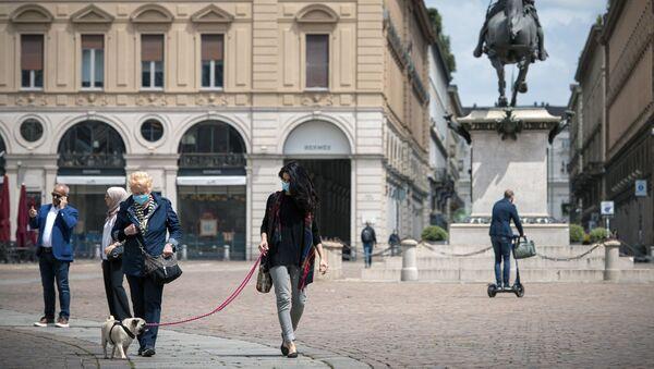 Cittadini in mascherine sulla piazza San Carlo a Torino - Sputnik Italia
