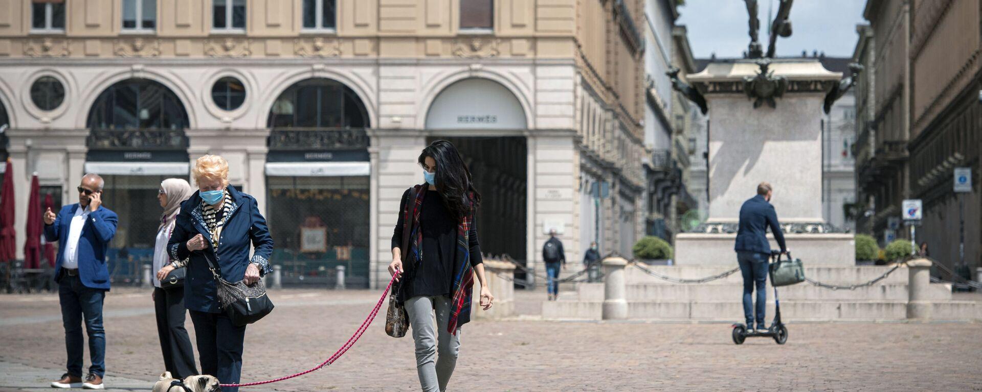 Cittadini in mascherine sulla piazza San Carlo a Torino - Sputnik Italia, 1920, 28.06.2021