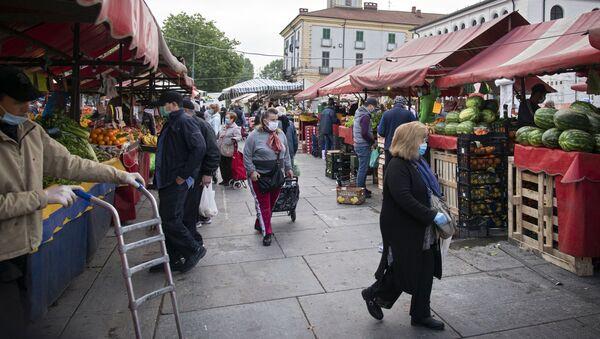 Clienti al mercato di Porta Palazzo a Torino - Sputnik Italia