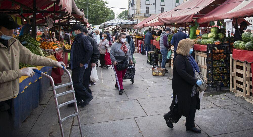 Clienti al mercato di Porta Palazzo a Torino
