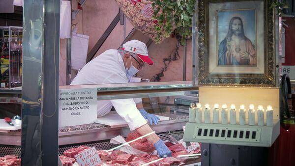 Un venditore al mercato Porta Palazzo a Torino - Sputnik Italia