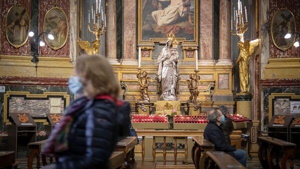 Dei fedeli in una chiesa a Torino - Sputnik Italia