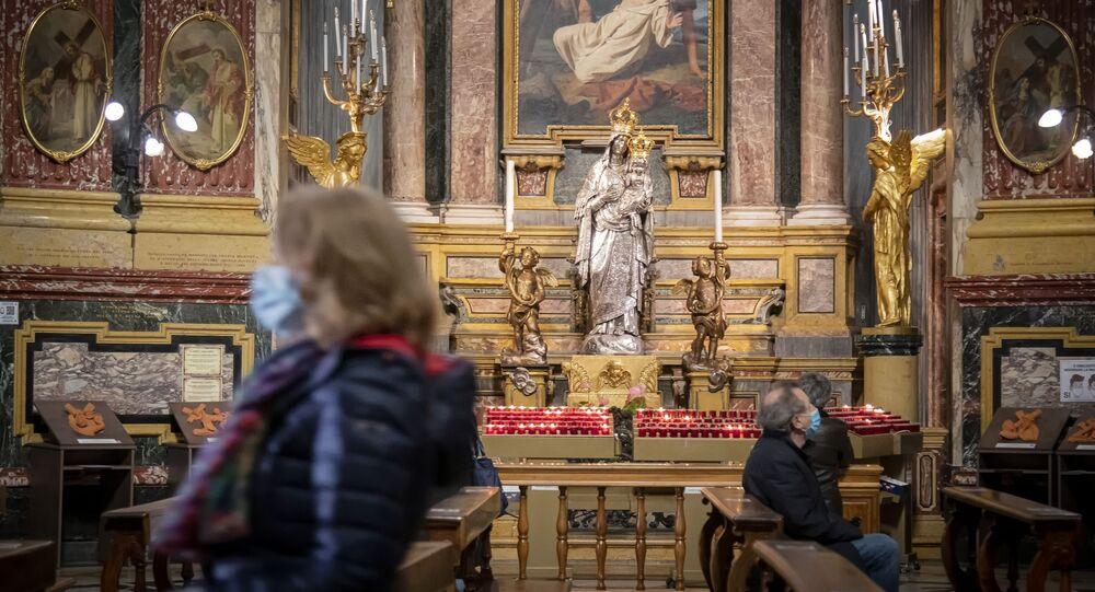 Dei fedeli in una chiesa a Torino