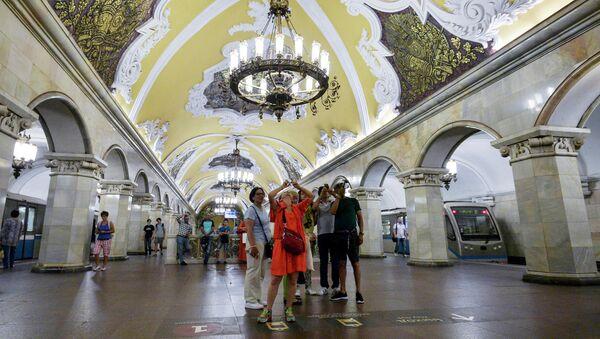 Туристы на станции Комсомольская кольцевой линии Московского метрополитена - Sputnik Italia