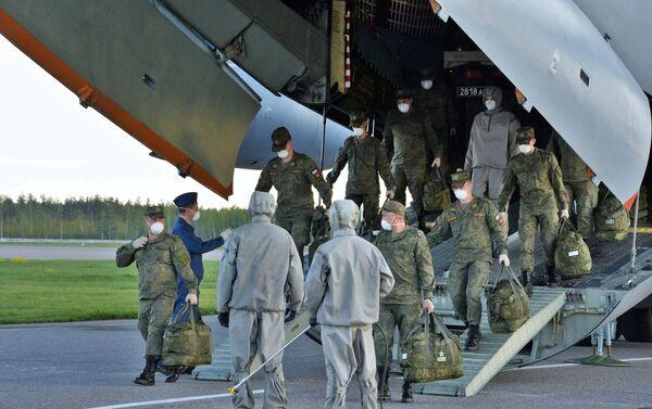 Militari russi arrivati all'aerodromo Chkalovsky dopo l'operazione umanitaria in Lombardia. - Sputnik Italia