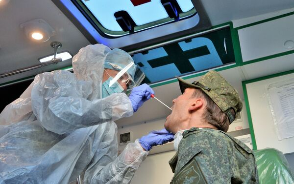 L'esaminazione dei militari arrivati da parte del personale medico. - Sputnik Italia