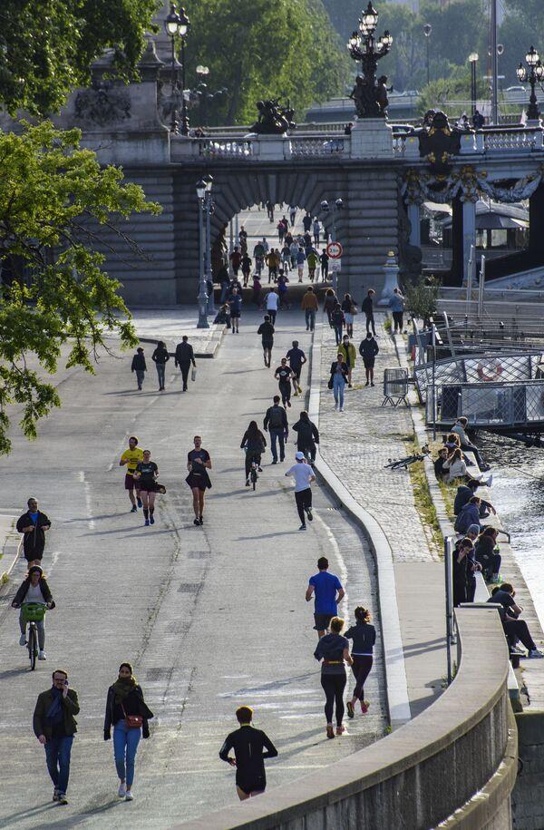 L'Eliseo ha lanciato un appello al senso di responsabilità dei francesi per rispettare le regole, soprattutto quelle del distanziamento e delle mascherine obbligatorie sui mezzi di trasporto pubblici. - Sputnik Italia