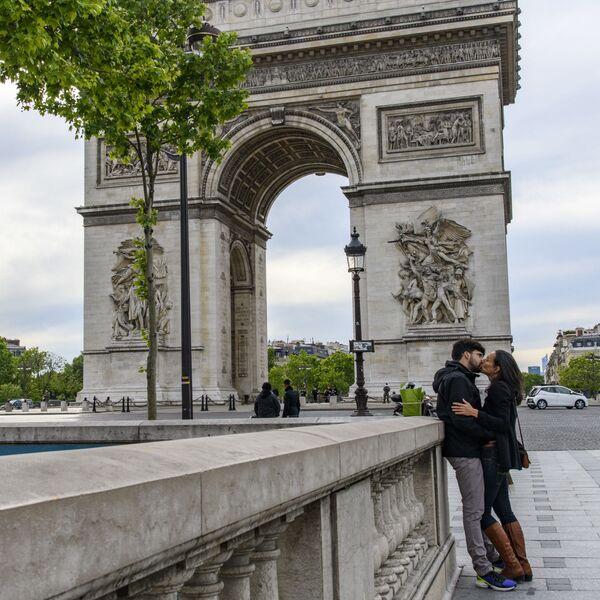 Innamorati a Parigi dopo allentamento delle restrizioni in Francia - Sputnik Italia
