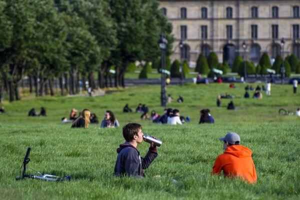 La gente vicino all'Esplanade des Invalides a Parigi - Sputnik Italia