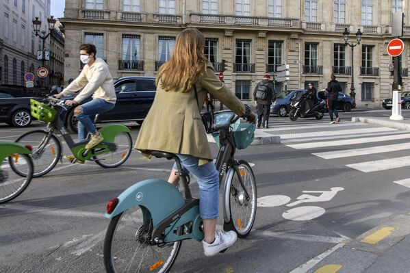 Ciclisti in una strada di Parigi - Sputnik Italia