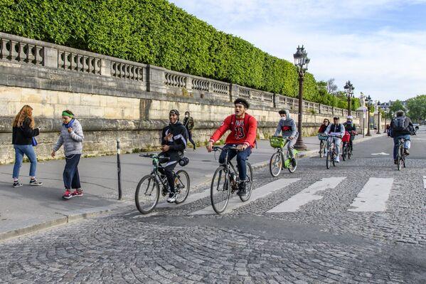 Ciclisti in Place de la Concorde a Parigi - Sputnik Italia