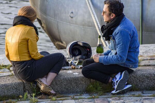 Una coppia sulla sponda della Senna a Parigi - Sputnik Italia