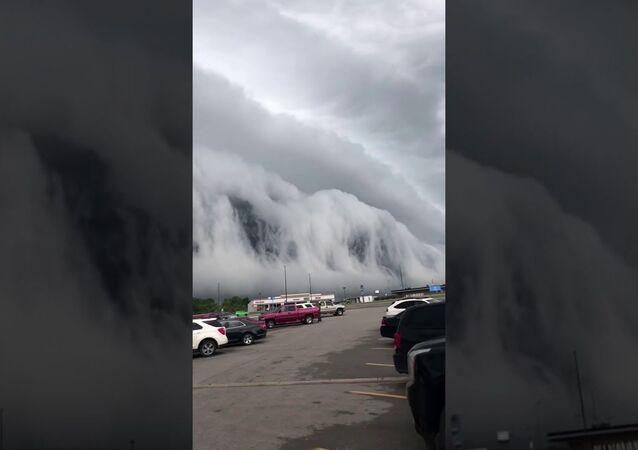 Impressionante nuvola Arcus sembra voler inghiottire queste persone