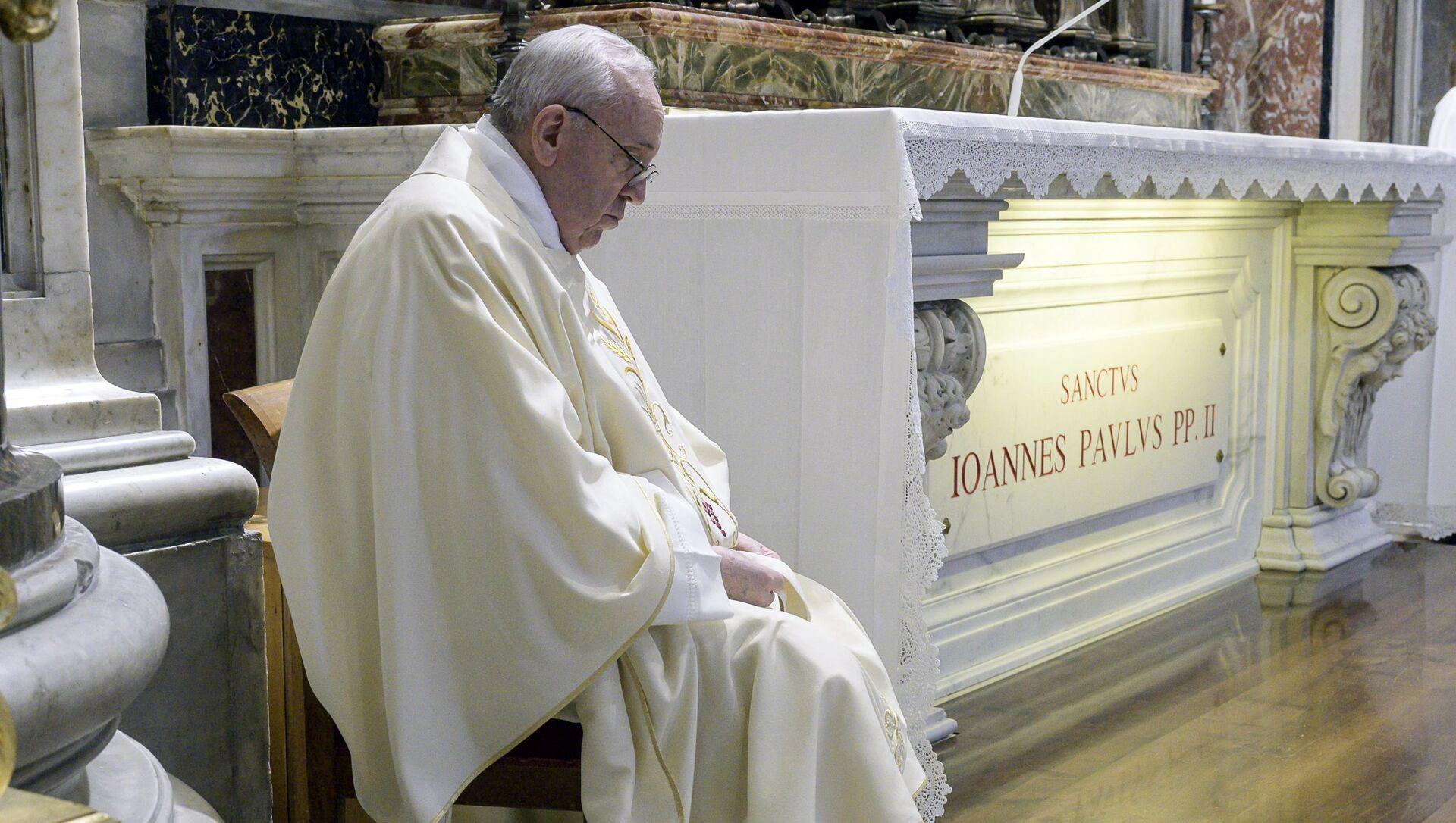 Papa Francesco ha riaperto le celebrazioni liturgiche con i fedeli dando inizio al rito presso la tomba di Giovanni Paolo II in occasione del centenario della nascita del pontefice polacco, nella Basilica di San Pietro - Sputnik Italia, 1920, 29.03.2021