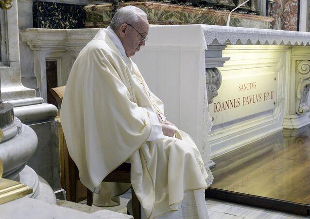Papa Francesco ha riaperto le celebrazioni liturgiche con i fedeli dando inizio al rito presso la tomba di Giovanni Paolo II in occasione del centenario della nascita del pontefice polacco, nella Basilica di San Pietro
