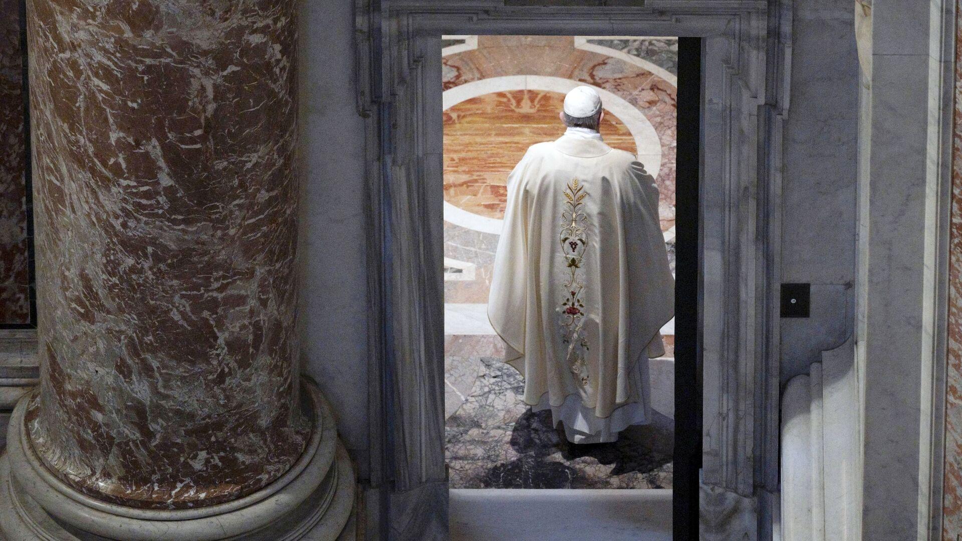 Papa Francesco ha riaperto le celebrazioni liturgiche con i fedeli dando inizio al rito presso la tomba di Giovanni Paolo II in occasione del centenario della nascita del pontefice polacco, nella Basilica di San Pietro - Sputnik Italia, 1920, 01.06.2021