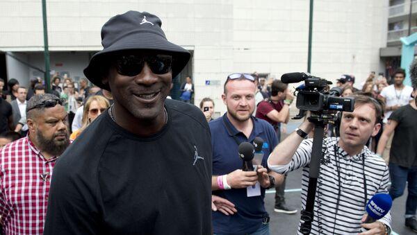 L'ex giocatore di basket americano Michael Jordan arriva per l'inaugurazione di un campo da basket di strada nel campo sportivo di Haies a Parigi.  - Sputnik Italia