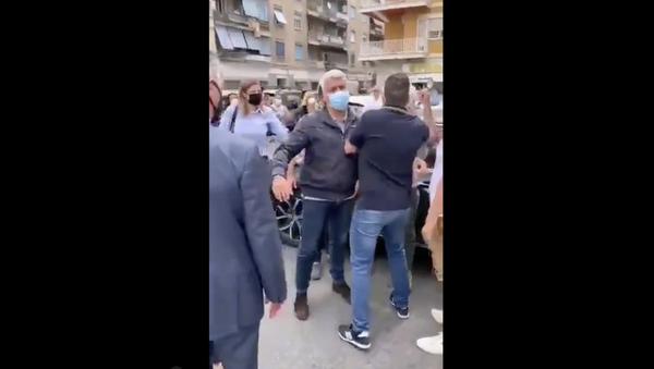 Le persone impediscono a Virginia Raggi di scendere dalla macchina e fare l'ennesima passerella ad Ostia - Sputnik Italia