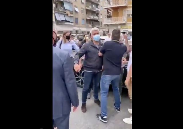 Le persone impediscono alla Raggi di scendere dalla macchina e fare l'ennesima passerella ad Ostia