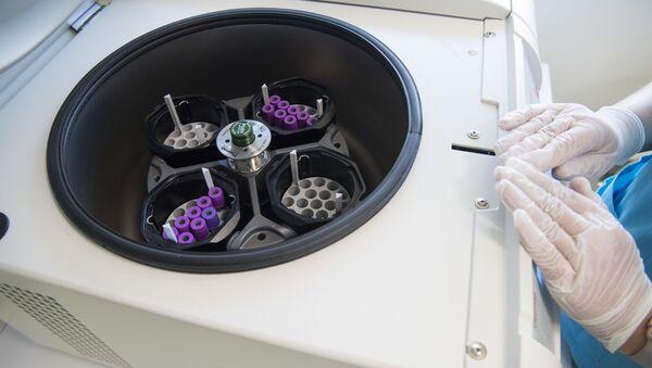 Разделение крови на компоненты в лаборатории международного медицинского кластера - Sputnik Italia