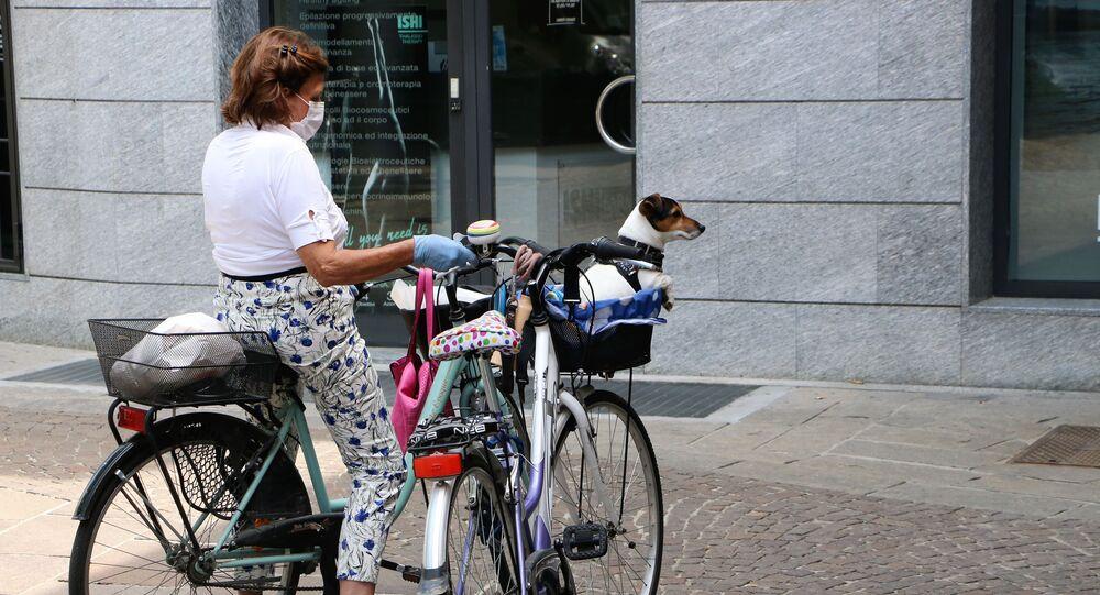 Fase 2, una donna con un cane a Milano
