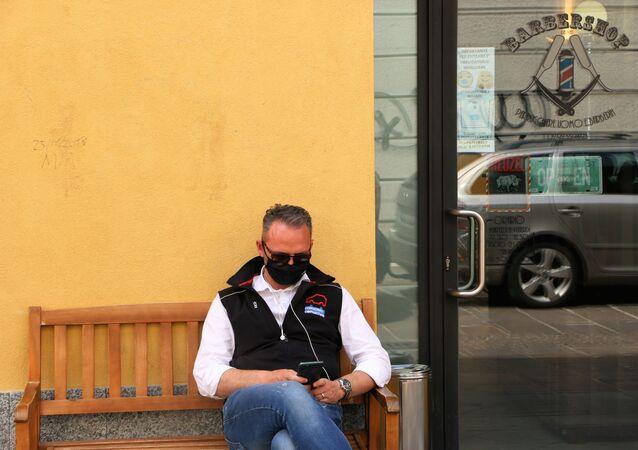 Fase 2, un uomo in mascherina a Milano