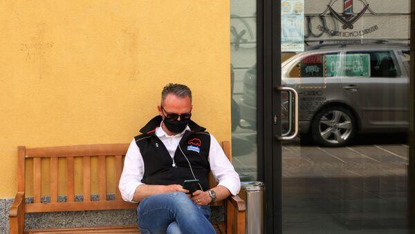 Fase 2, un uomo in mascherina a Milano - Sputnik Italia