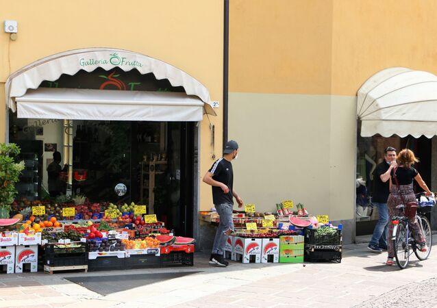 Fase 2, le persone in una strada a Milano