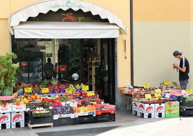Fase 2, un fruttivendolo a Milano