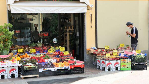 Fase 2, un fruttivendolo a Milano - Sputnik Italia