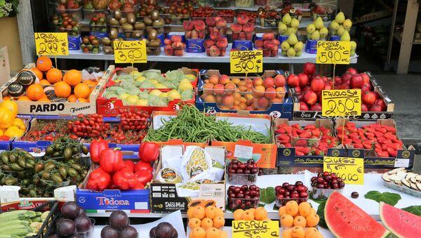 La verdura e la frutta in un negozio a Milano - Sputnik Italia