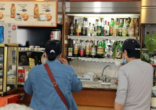 Fase 2, un bar a Milano