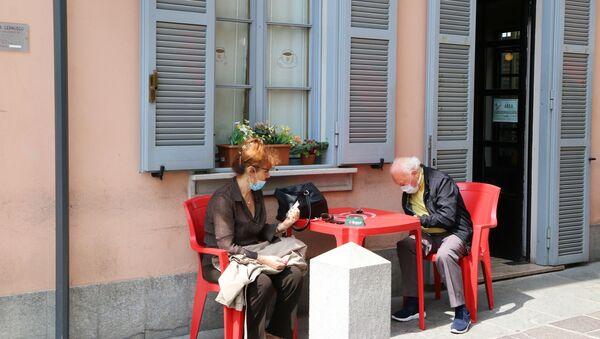 Fase 2, una coppia in un bar a Milano - Sputnik Italia