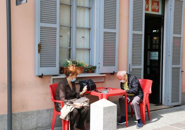 Fase 2, una coppia in un bar a Milano