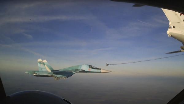 Caccia Su-34, rifornimento di carburante in volo - Sputnik Italia