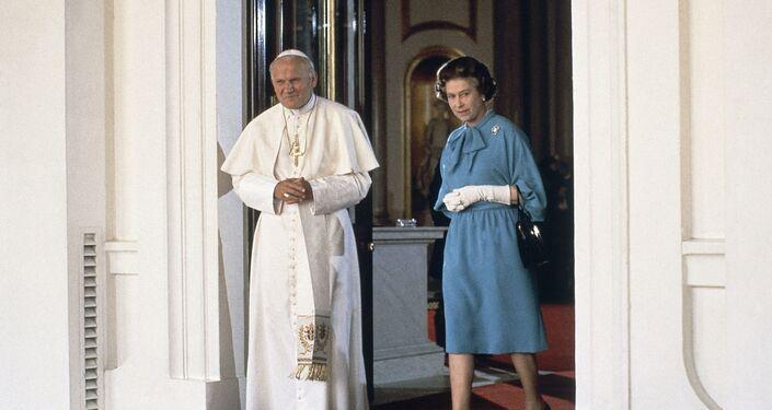 Papa Giovanni Paolo II con la regina Elisabetta II a Londra, 1982