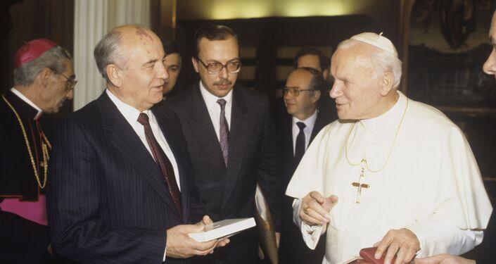 Papa Giovanni Paolo II e il presidente dell'URSS Mikhail Gorbachev