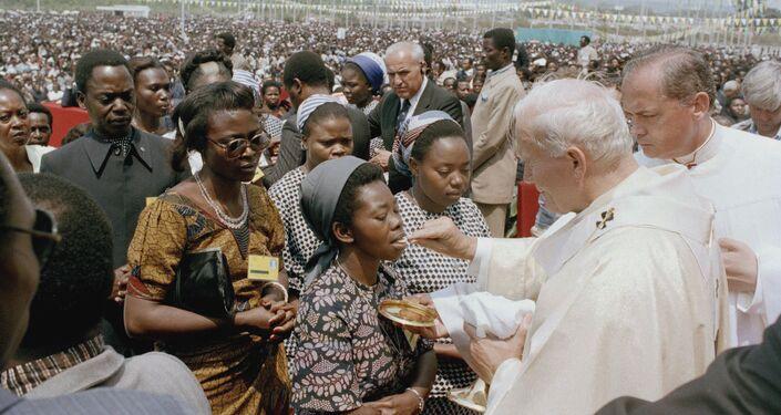 Papa Giovanni Paolo II durante comunione in Zaire, 1985