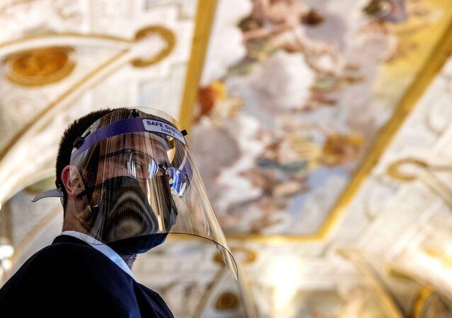 Un addetto in una stanza della Galleria Borghese di Roma dopo riapertura dei musei italiani, il 19 maggio 2020