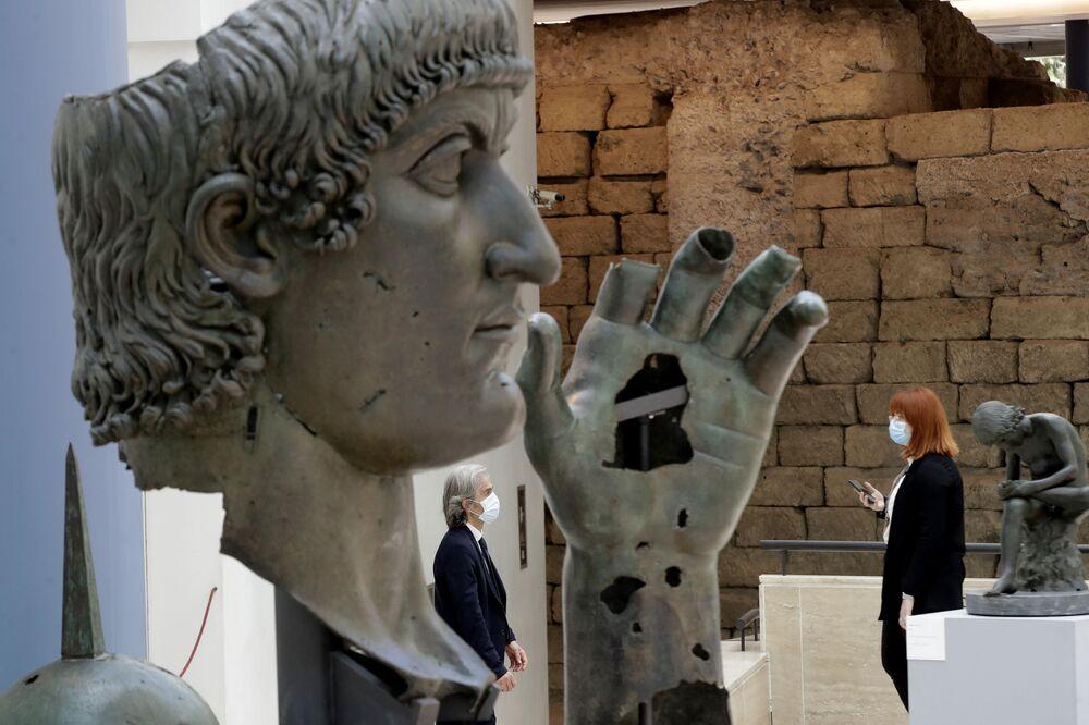 Il personale dei musei che indossa mascherine e rispetta le distanze sociali per prevenire la diffusione di COVID-19, ai Musei Capitolini di Roma, martedì, 19 maggio, 2020