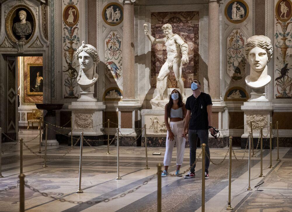 I visitatori alla Galleria Borghese di Roma dopo riapertura dei musei italiani, il 19 maggio 2020
