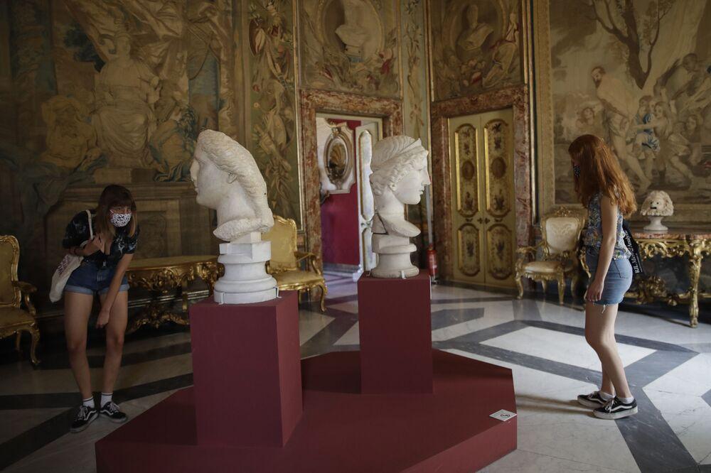 I visitatori guardano le teste di marmo del I secolo d.C. ai Musei Capitolini di Roma, martedì 19 maggio 2020