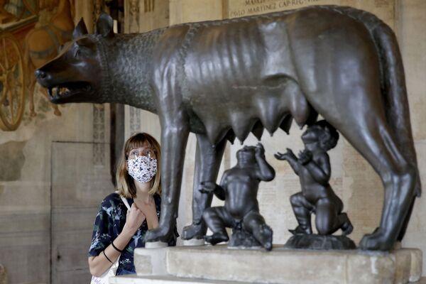 Una turista ammira la Lupa Capitolina ai Musei Capitolini di Roma, martedì 19 maggio 2020 - Sputnik Italia