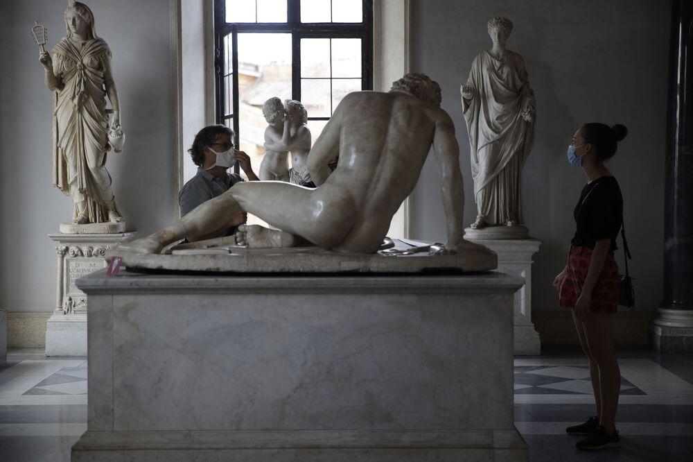 I visitatori ammirano il Galata morente, statua romana del I secolo a.C., ai Musei Capitolini di Roma, martedì 19 maggio 2020