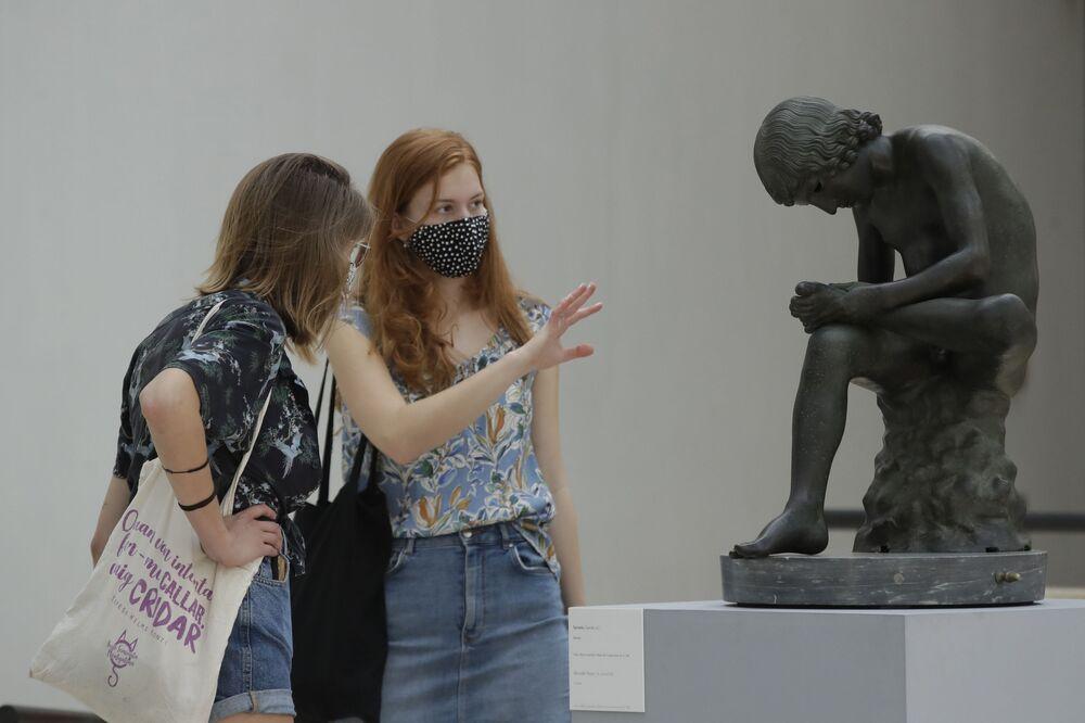 I visitatori guardano Lo Spinario, una statua di bronzo del I secolo a.C. ai Musei Capitolini di Roma, martedì 19 maggio 2020
