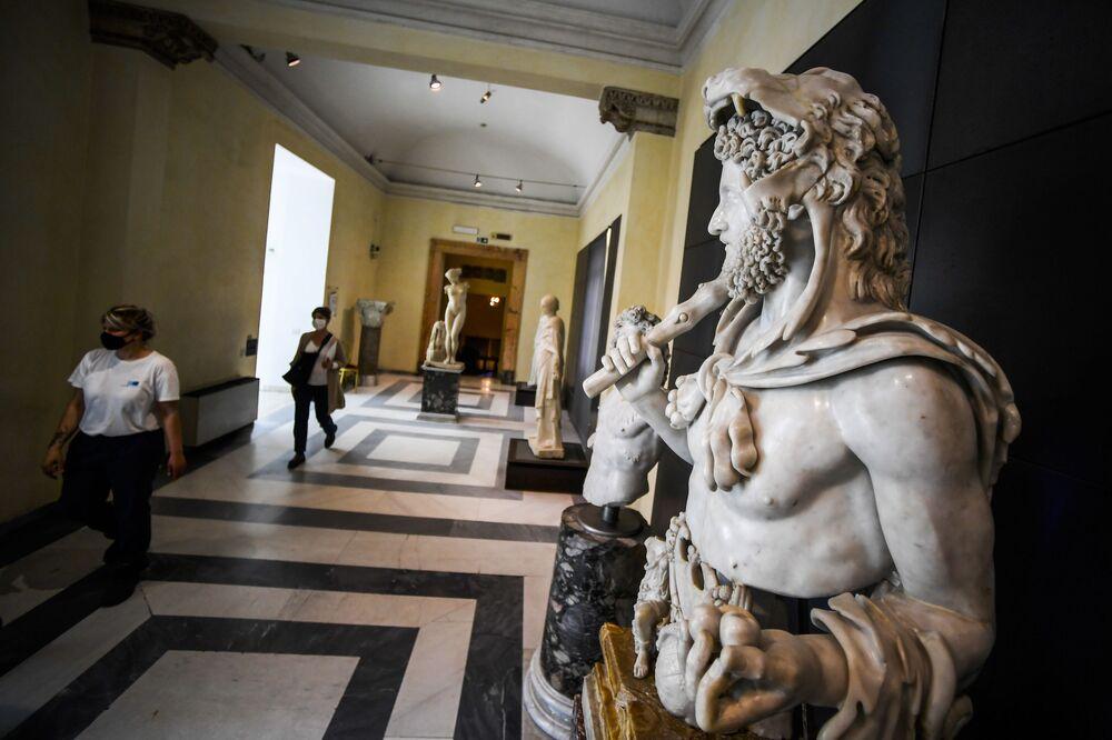La gente ammira la collezione permanente dei Musei Capitolini a Roma, il 19 maggio 2020