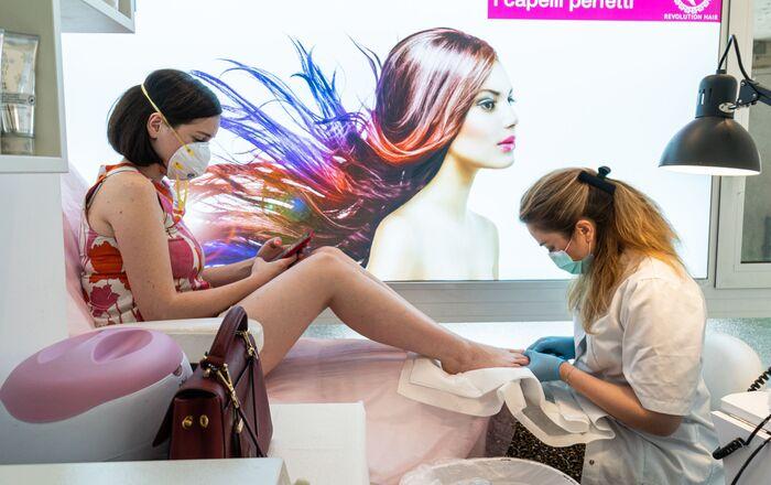 Una ragazza si fa fare pedicure a Milano