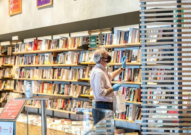 Un uomo in libreria a Milano